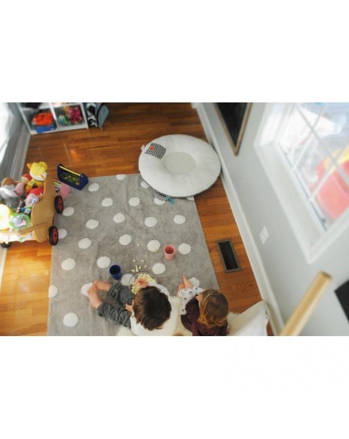 Pilkas skalbiamas kilimas su baltais taškučiais